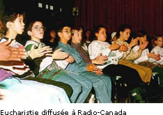 Jeunes participant à une eucharistie à Radio-Canada