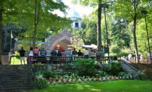 Groupe de pèlerins en prière au sanctuaire