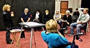 M. André Lachambre anime un atelier à la Maison des Sourds