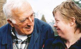 Jean Vanier et personne handicapée